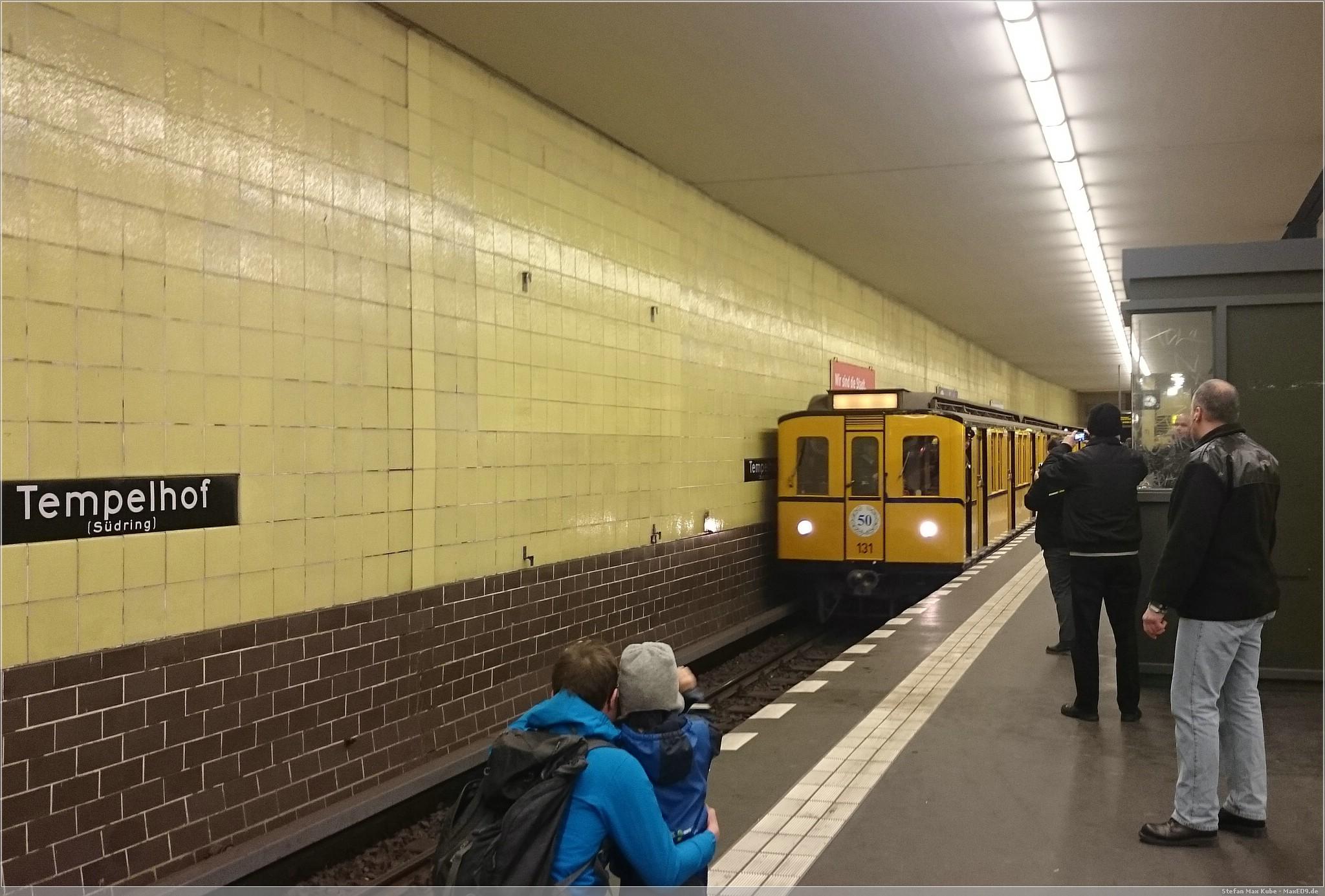 Zug fährt ein am Bahnhof Tempelhof