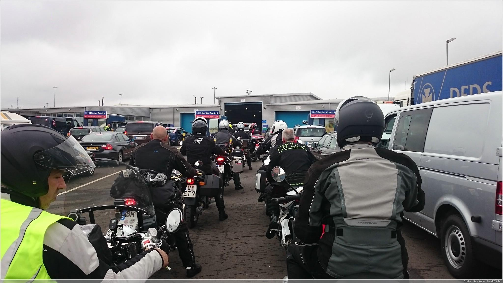 warten an der Passkontrolle in England