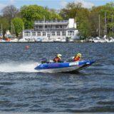 Schlauchboot in Höchstgeschwindigkeit