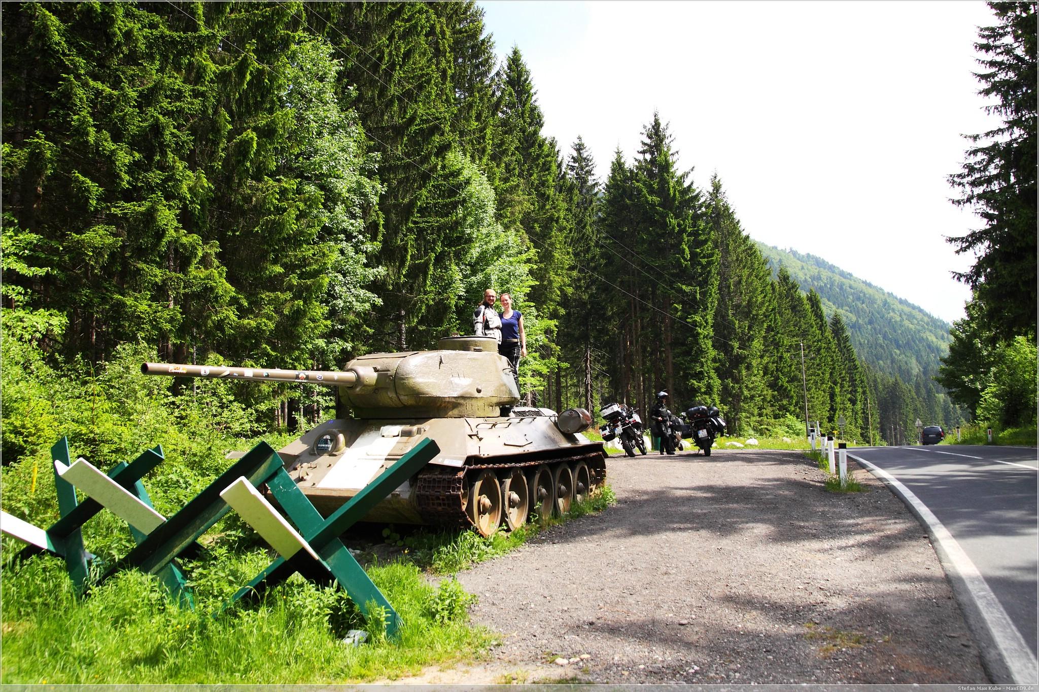 Jony und Fia auf dem T-34 am Wurzenpass