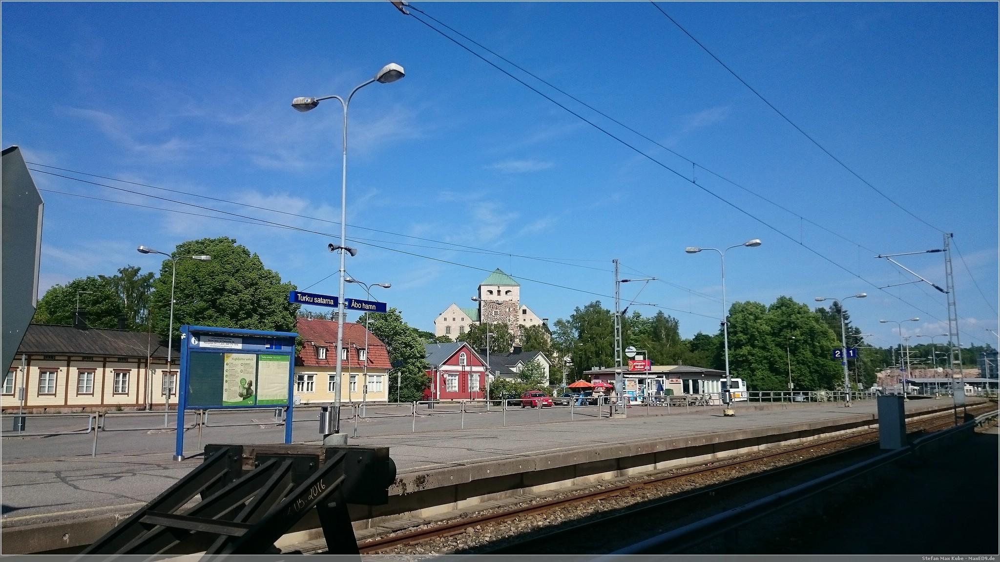 Bahnhof Turku im Hintergrund die Burg