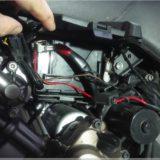 Batterie versteckt sich hinter Kabeln