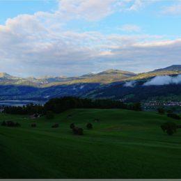 die Morgensonne scheint auf die Berge